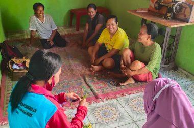 Mahasiswa KKNT IKIP Muhammadiyah Maumere, bagi Gratis Hand Sanitizer Olahan Sendiri