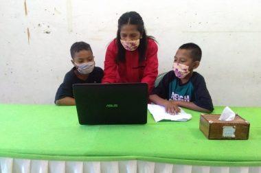 Mahasiswa KKNT IKIP Muhammadiyah Maumere Melakukan Pembelajaran Berbasis IT